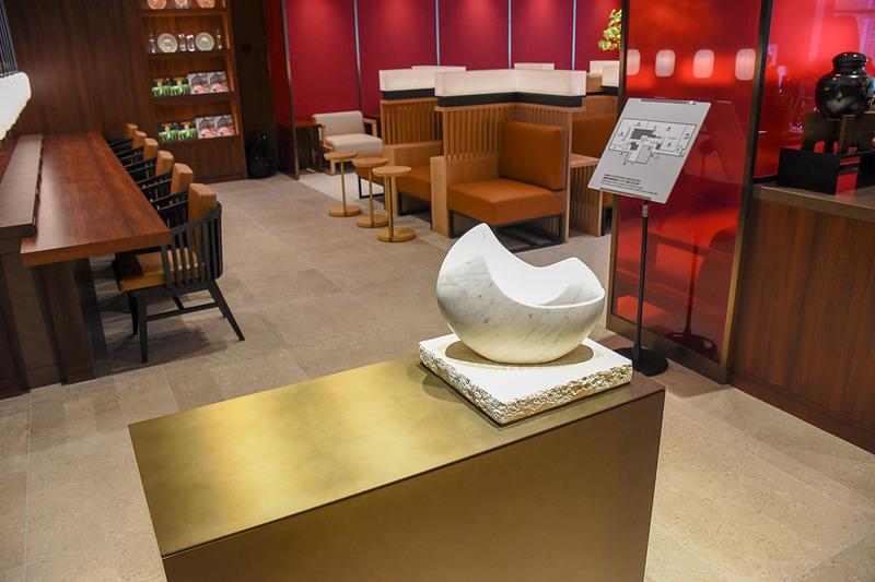 琉球石灰岩の台座に大理石で作られた貝のオブジェ