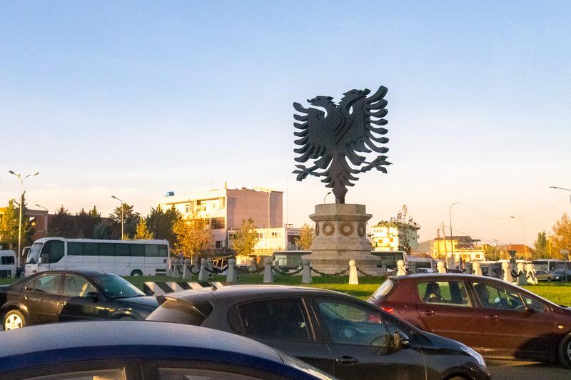 バルカン半島で最後に訪れたのはアルバニア。首都のティラナには国旗に描かれる「スカンデルベッグの鷲」のオブジェがある