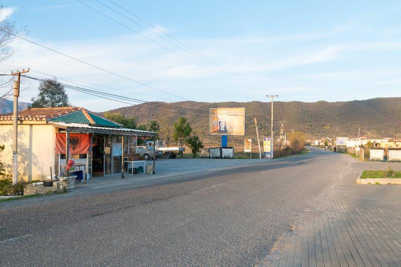 国境を越えてすぐの様子。モンテネグロから陸路で入ると道路や建物の様子が急激に変わる様子を体験できる