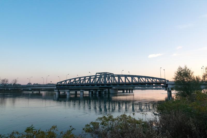 ティラナに向かう途中にあった雰囲気のよい鉄橋。これは見るからに新しめ