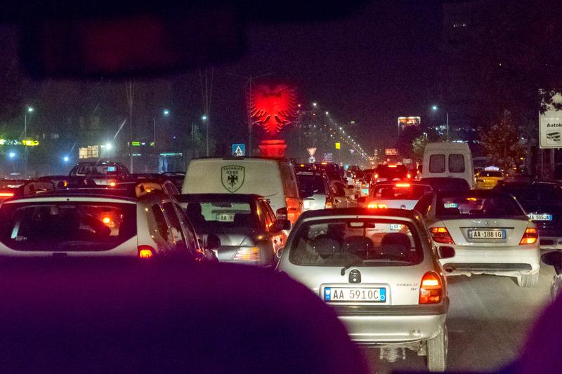 ティラナ中心部へ向かう道路はかなりの渋滞