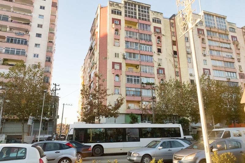 ティラナの大きな通り沿いには、このぐらいの規模のアパートメントっぽい建物が多かった