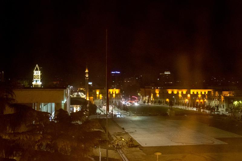 ティラナのど真ん中にあるスカンデルベッグ広場。左寄りにはモスクと時計塔があり、これらもティラナの主要観光スポットとなっている