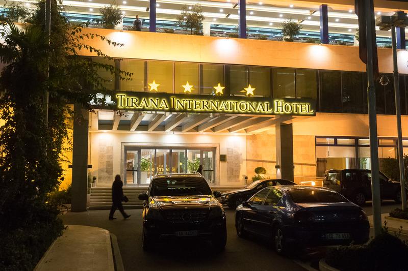 国の英雄であるスカンデルベッグの銅像が立つ広場に隣接したティラナ・インターナショナル・ホテル&カンファレンスセンター(Tirana International Hotel & Conference Centre)