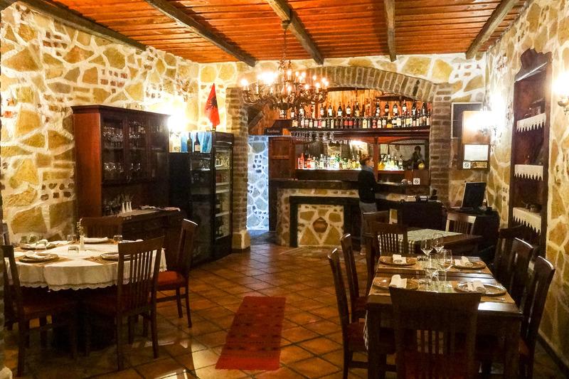 アルバニア流のおもてなしも含めて、伝統的な料理を味わえる「エスニック(Etnik)」