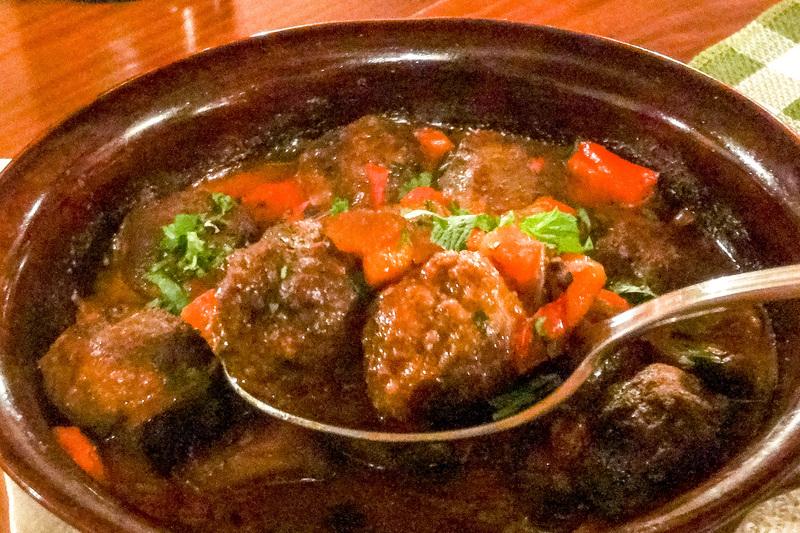 メインは仔牛のステーキだが、野菜を煮込んだものが多いほか、ヨーグルトやチーズなどの乳製品も多く使われ、そのうま味が最高の料理だった