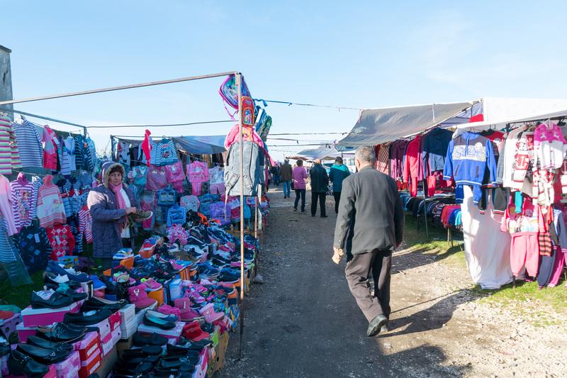 余談だが、こちらはティラナからベラットへ向かう途中に立ち寄った、ファー=シーガン(Fier-Shegan)という街の近くで開かれていたマーケット。写真掲載は避けるが、毛も抜かれていない七面鳥などワイルドな売り物もあった