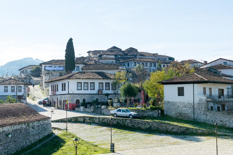 ベラット城壁内の街並み。石畳の通りが歴史情緒たっぷり。土産物屋やカフェも営業している