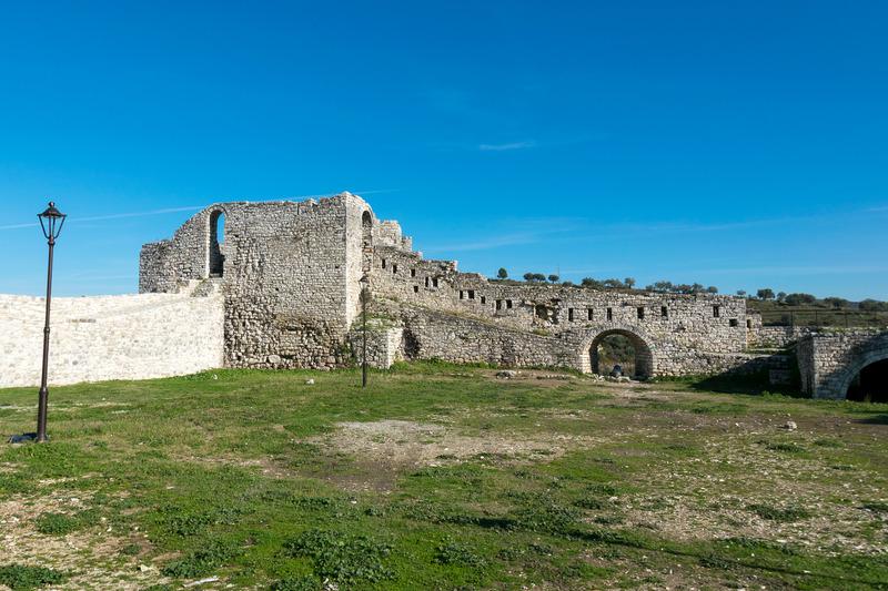 城壁の破損が目立ち、この土地が歩んできた歴史を生々しく感じられる