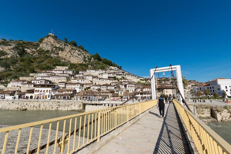 """マンガレム地区とゴリツァ地区を結ぶ橋。ゴリツァ地区側に渡ると""""千の窓""""を眺望できる"""