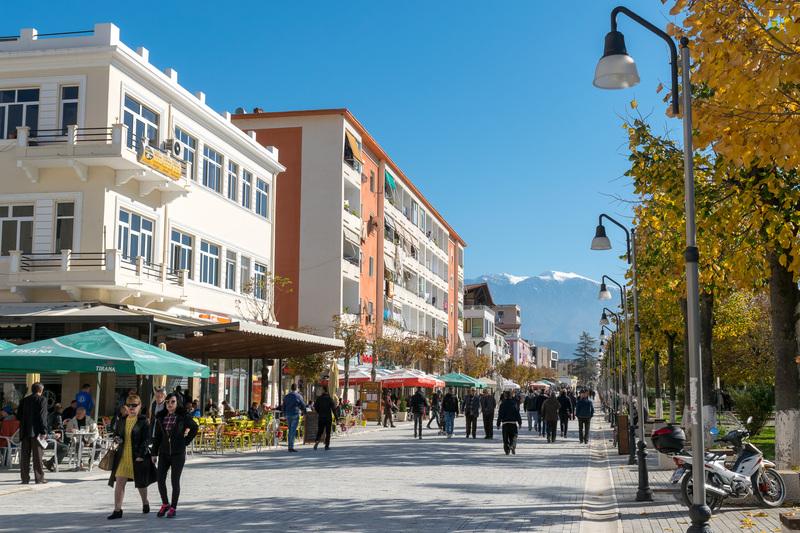 このエリアはベラットの役場などもあるダウンタウンであり、繁華街でもあるので、レストランやカフェ、土産物屋などが多く建ち並ぶ