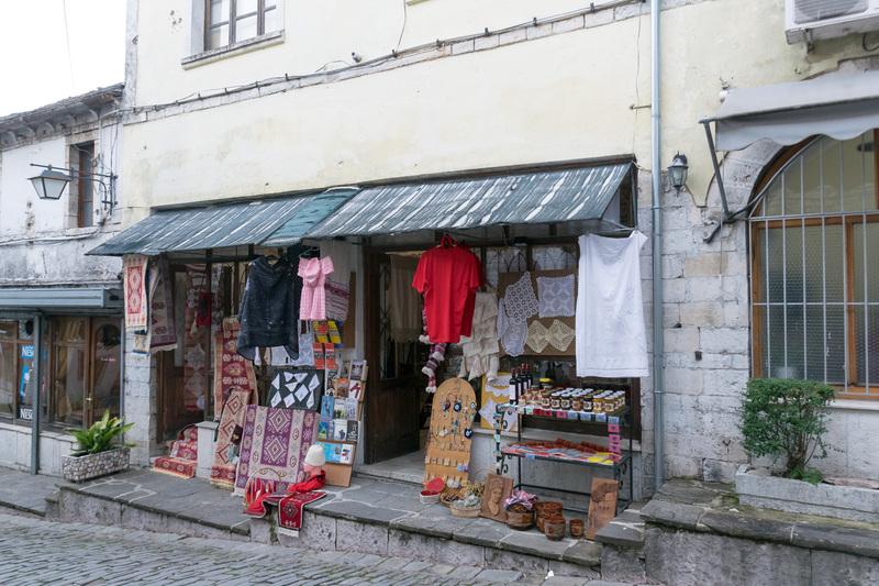 土産物は手芸品が多い印象。今も生活が営まれている街なのでレストランなども多い
