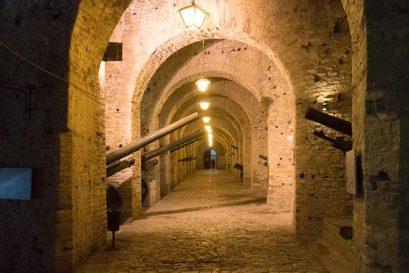 ジオカストラ城内は兵器博物館になっており、第二次世界大戦ごろまでのいろいろな兵器が無造作に展示されている