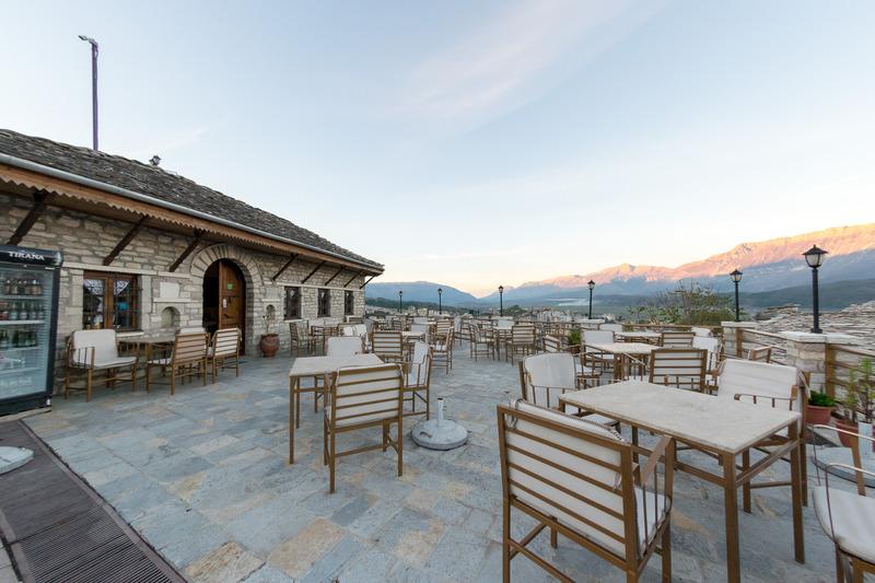 ジオカストラにある「コドラ」。テラスからの眺めもよいホテルに併設されたレストラン