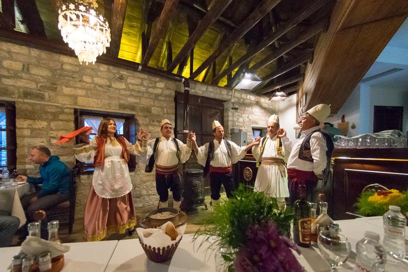 伝統音楽や踊りのパフォーマンスでもてなしてもらった