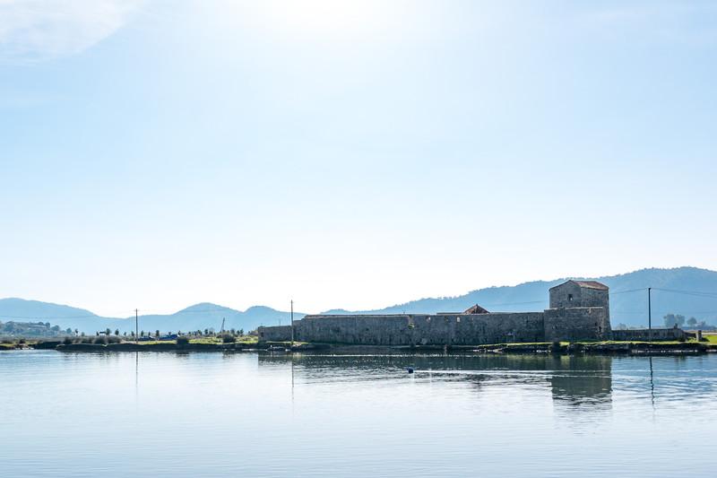入り口の対岸に見える、ヴェネツィア共和国統治時代に建てられた要塞跡