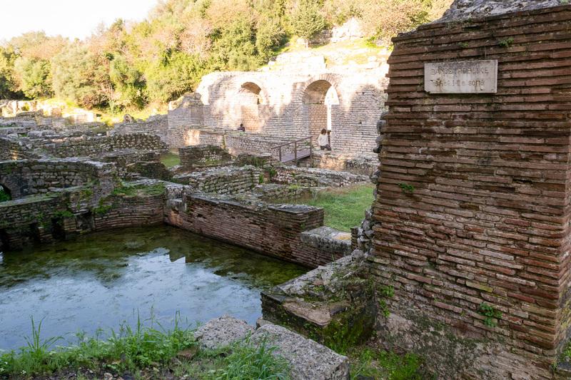 公開浴場(写真左)などローマ帝国期の遺跡。石の小ささが特徴の一つだ