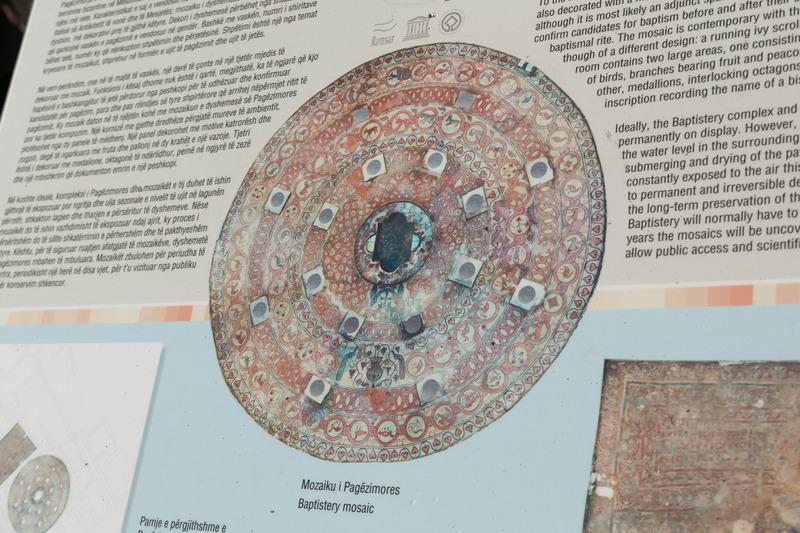 東ローマ帝国期の洗礼堂の跡。床にはモザイクが描かれているが、保存のために盛り土をしてある