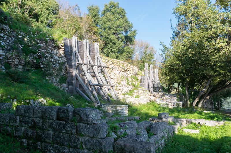 """ブトリント国立公園内の""""湾""""。沿岸にも要塞跡が見られるほか、対岸へ渡した水路の跡(写真右)もある"""