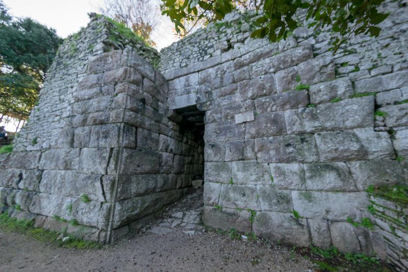 敵国の侵攻を防ぐために低く作られた門(ゲート)。ライオンゲート(写真中央と右)と呼ばれる、ライオンが牛を捕らえたレリーフが特徴の門が有名だが、そのレリーフの石があまりに低すぎる位置にあるため、この部分は後年はめ込まれた可能性が高いという
