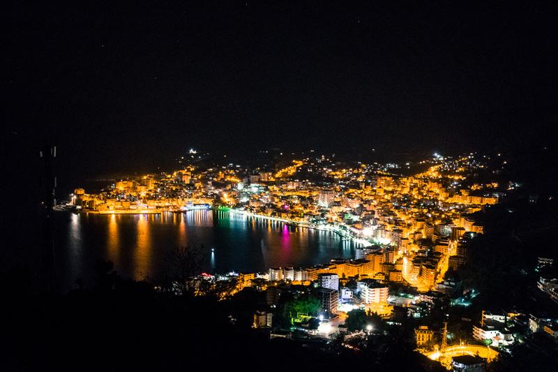 イオニア海に面したリゾート地「サランダ」の夜景