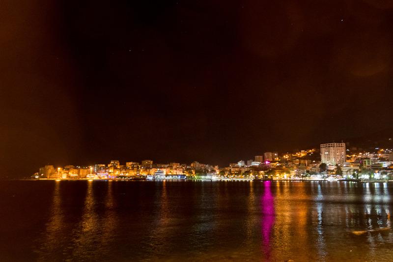 夜のサランダ。海沿い広がる温もりのある灯を眺めながら石畳の遊歩道を散歩できる