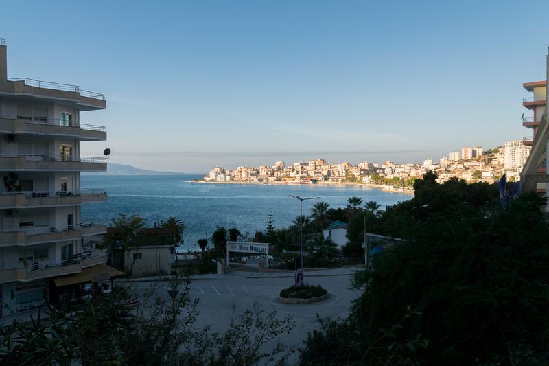 こちらは早朝のサランダ。ローシーズンなので人通りは少ないが、海辺の街を感じられる雰囲気の虜になる