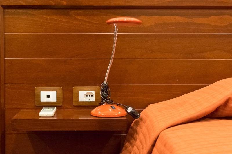 リビングスペースを備えた広々とした客室。ベッドの両サイドにCタイプのコンセントを各1個備えていて。ワーキングデスクは女性には化粧台としても使いやすそうで、機能的な内装だ