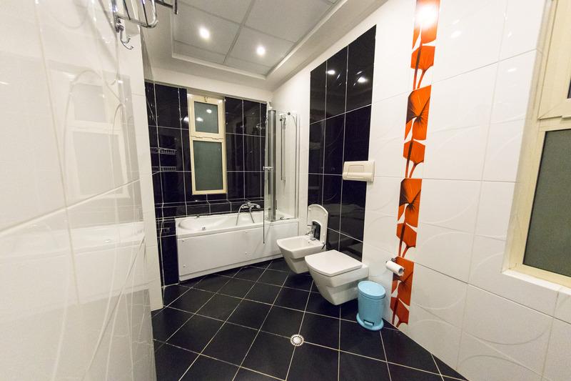 バスルームは入って右手が洗面台、左手にトイレとバスタブ付きのシャワーブースとなっている。バスアメニティは固形石けんとシャンプー