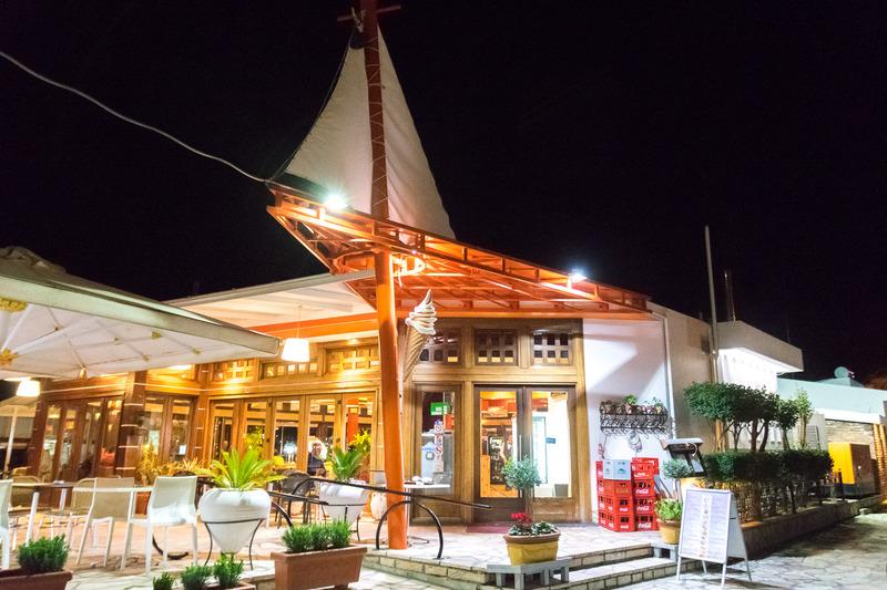 ヨットをイメージした外観がおしゃれな「リマネ(LIMANI)」。レジャーボートが多数停泊するマリーナの一角に建つ