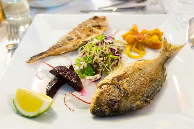 アルバニアらしいサラダのほか、シーフード尽くしのメニュー。フランス料理っぽくもあり、地中海料理っぽくもある、独特の雰囲気のメニュー構成