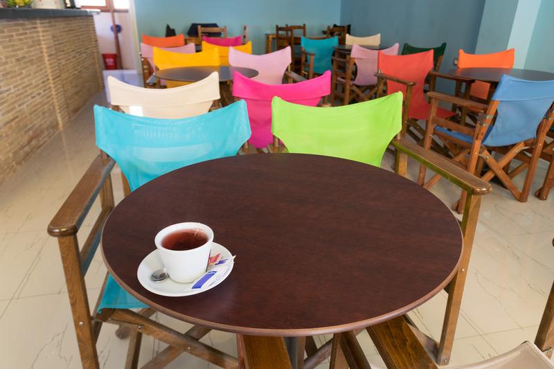 途中立ち寄ったヒマラの街。サランダからは50kmほど北方にあり、ビーチ沿いにおしゃれなカフェやレストランが並ぶ