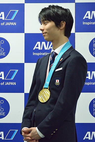 平子社長のお祝いの挨拶をうれしそうに聞く羽生選手