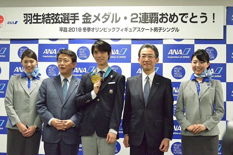 片野坂会長や平子社長、CAらとのフォトセッション