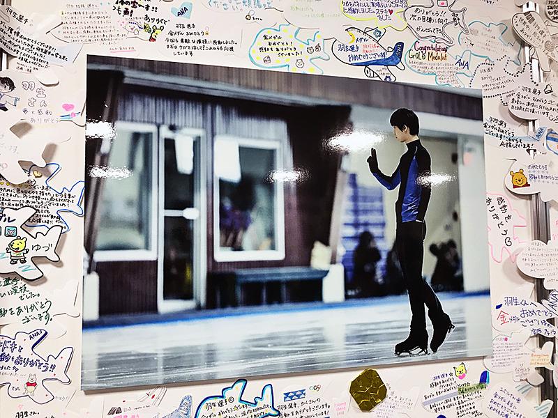会場の左右の壁には同社CMで使われた羽生選手の練習風景の写真が展示されており、その周りにはANA社員からのたくさんの祝福メッセージカード