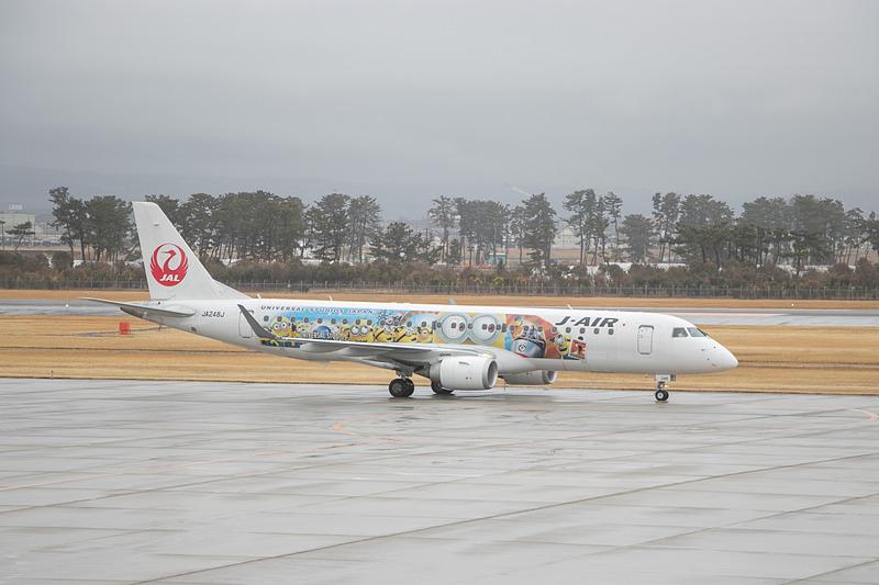 悪天候などのため38分遅れで仙台国際空港に到着したJL3531便(エンブラエル 190型機)。折り返し福岡行きのJL3530便となる