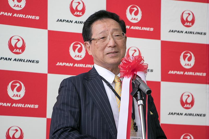 株式会社菓匠三全 代表取締役社長 田中裕人氏は、仙台~福岡線就航時に機内で茶菓として提供された「萩の月」のパッケージを手に、当時のエピソードを紹介した