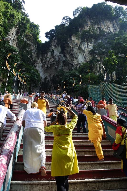 ミルクポットを頭に乗せて参拝へと向かう人々がひっきりなしに寺院へ向かっていた