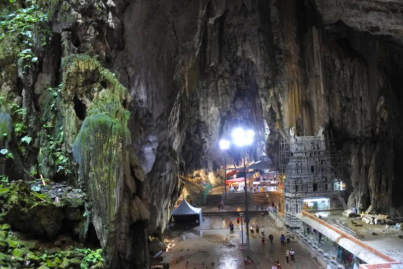 薄暗い洞窟内には照明も完備されているので安心。足元は滴り落ちる水で常に濡れていた