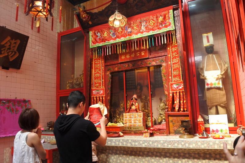 本堂向かって左側には祠があり太歳爺が祭られている