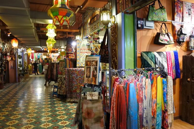 「リトル・インディア」は美しい床の装飾で雰囲気も抜群