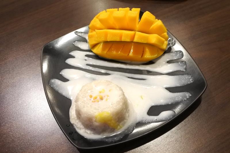 ココナッツミルクのデコレーションがダイナミックな「The Classic Mango Sticky Rice」