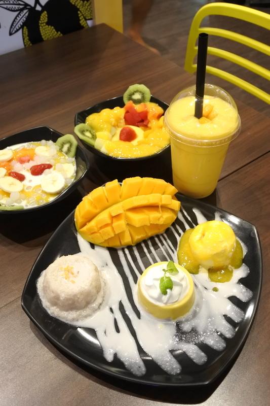 「Fruits Smoothies」や「Fruits & Sago」に全部載せのプレート「Mango Aloha with Sticky Rice」もお勧め