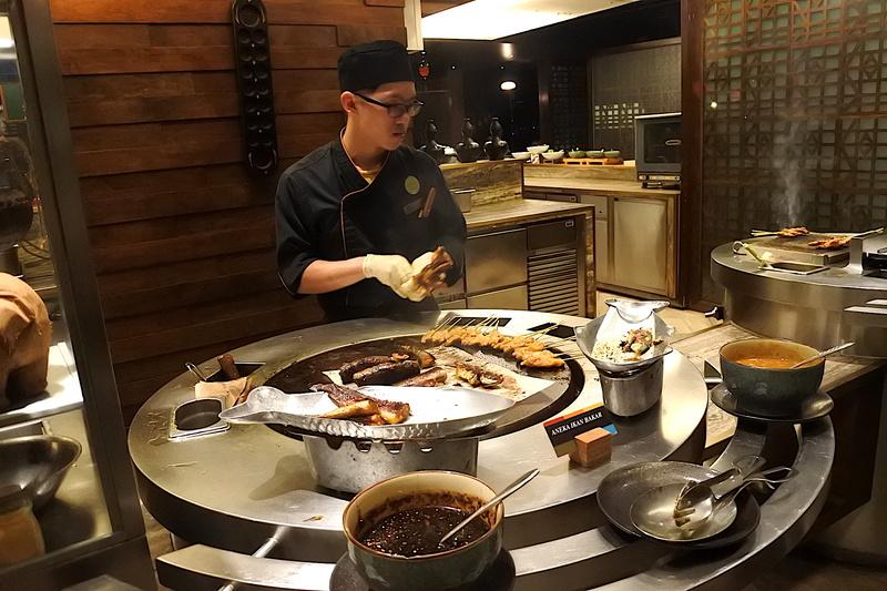 代表的なマレー料理の一つである串刺し料理「Satay」は焼きたてが頬張れる