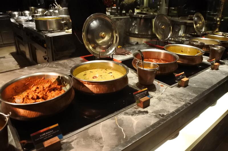 カレー各種が並ぶインド料理のブース。おすすめはオーダーしてから作るチーズナン