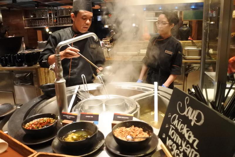 中華料理のブースは麺類をシェフが作ってくれる