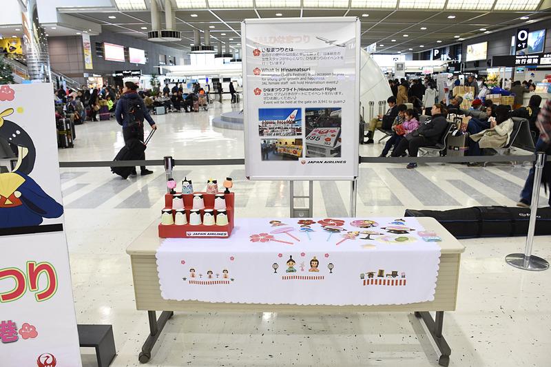 成田空港 第2ターミナル チェックインMカウンターでは顔出しパネルやフォトプロップスを使った記念撮影を行なえた