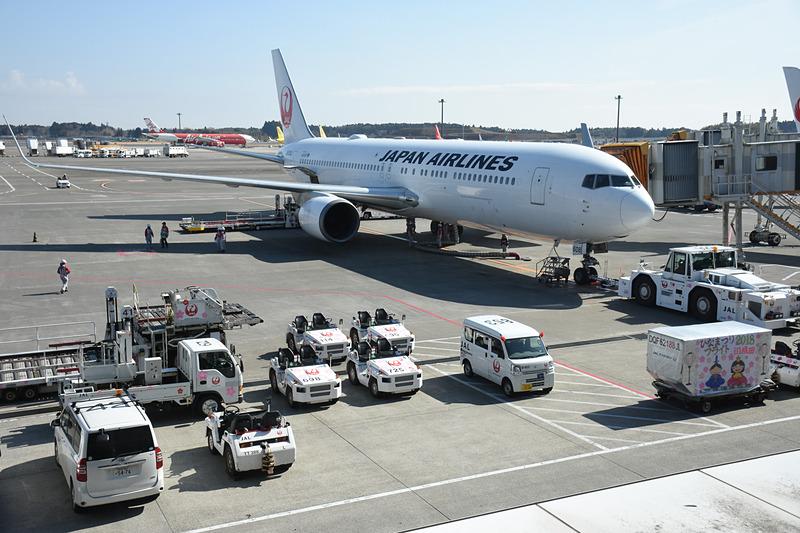 スポットで搭乗を待つJL941便(ボーイング 767-300ER型機)。トーイングカーやトーイングトラクターにもひなまつり飾りを施してある