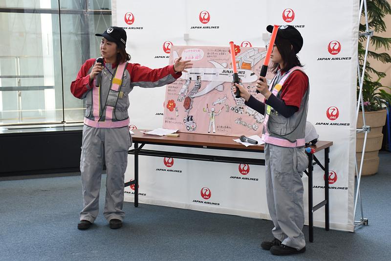 JALグランドサービスの女性スタッフによる「お仕事紹介」。手作りのパネルは、トーイングトラクターやローダーの書き込みがさすが細かい