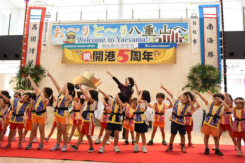 登野城保育園の児童がダンスを披露